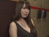 ポルノ映画館で欲求を満たす欲求不満な淫乱若妻