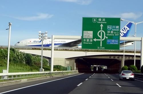 DSC02784首都高を横切る飛行機