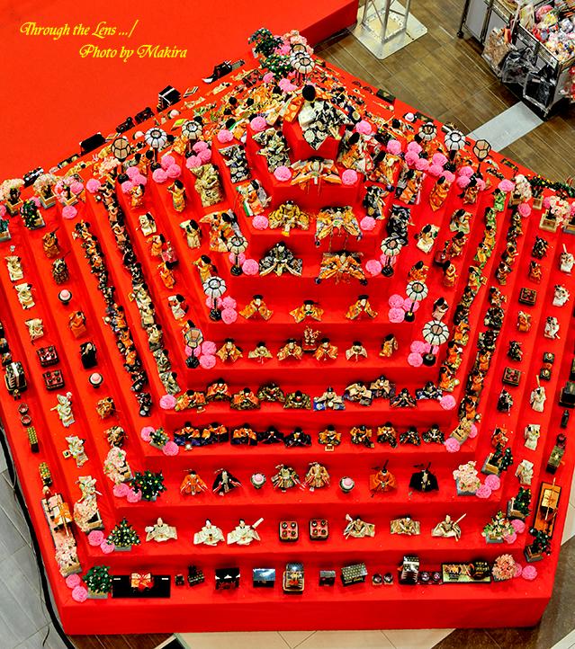 エルミこうのすショッピングモール 五角すい型ひな壇2