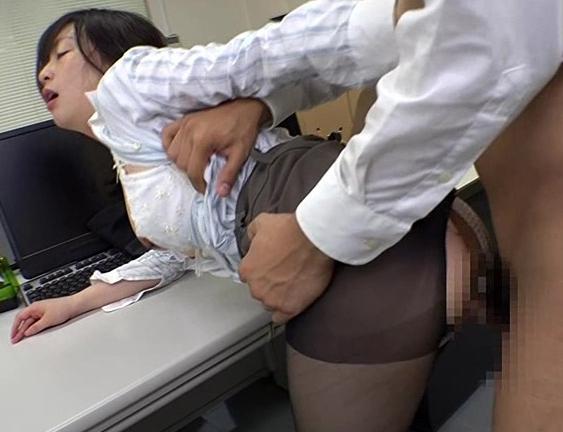先輩のOLお姉さんがパンスト美脚で誘ってきたから着衣SEXの脚フェチDVD画像6