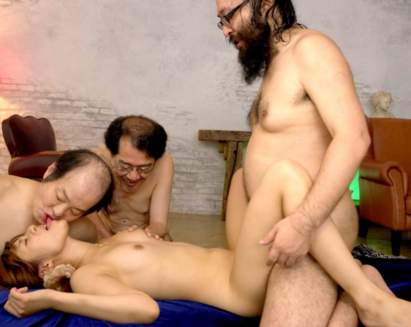 美少女の瑠川リナがキモい親父の汚チンチンを柄網タイツコキの脚フェチDVD画像6