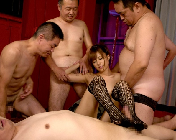 美少女の瑠川リナがキモい親父の汚チンチンを柄網タイツコキの脚フェチDVD画像4