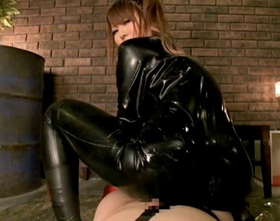 全身ラバーウェアに身を包んだ痴女がブーツコキや着衣SEXの脚フェチDVD画像6
