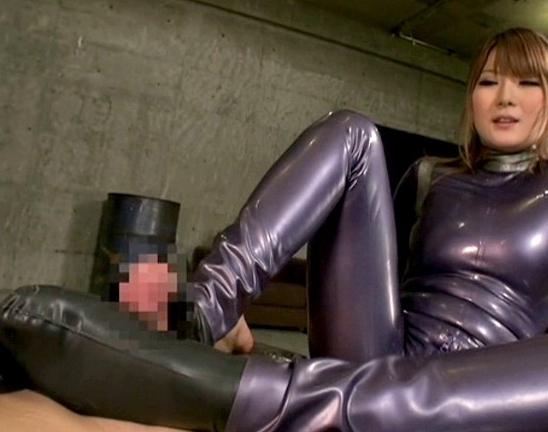 全身ラバーウェアに身を包んだ痴女がブーツコキや着衣SEXの脚フェチDVD画像4