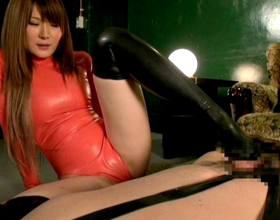 全身ラバーウェアに身を包んだ痴女がブーツコキや着衣SEXの脚フェチDVD画像2