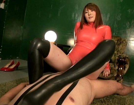 全身ラバーウェアに身を包んだ痴女がブーツコキや着衣SEXの脚フェチDVD画像1
