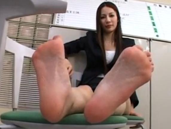 女の子が素足の足指をチュパチュパ吸いまくる足フェチ動画の脚フェチDVD画像2