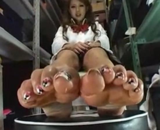 足爪の長いギャルが素足にオイルをつけて無修正で生足コキの脚フェチDVD画像3