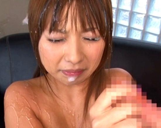 超巨根に膣奥を突かれ何度もイキまくる巨乳娘の生足コキの脚フェチDVD画像3