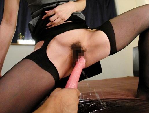美女が感じ過ぎてマ●コから潮や尿を噴射しながらパンストSEXの脚フェチDVD画像3