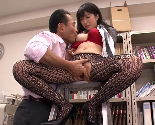 男を誘う柄網タイツを穿いたOLが性欲のまま網タイツ着衣SEXの脚フェチDVD画像2