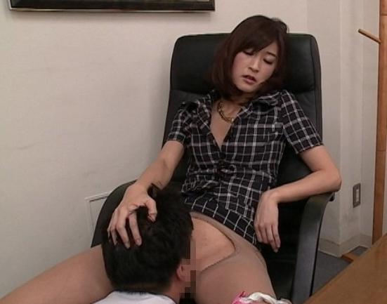 ドエス女社長が部下にニーハイ網タイツの足裏で痴女責めの脚フェチDVD画像2