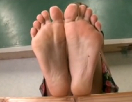女子校生やギャルのエロい生足裏をじっくり見ながらシコれる動画の脚フェチDVD画像3