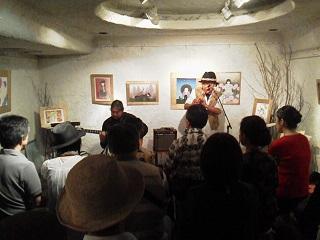 150808銀座ココカラ展ギターケーナ演奏