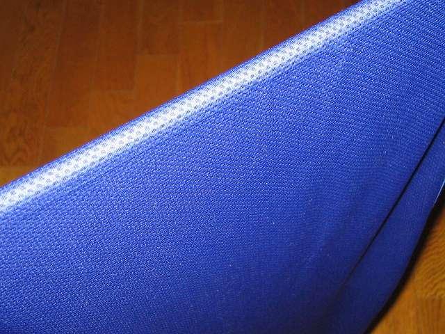 クールコアタオル ブルー COOLCORE SUPER COOLING TOWEL Color Blue 使い方 STEP 3 : 約 3~5 秒ほど、強めに振る。生地温度が低下し、冷たくなる。タオルを振る時はまわりに人がいないことを確認しておくこと、タオルを振るときはタオルから水分が微量に飛び散るので気を付ける。