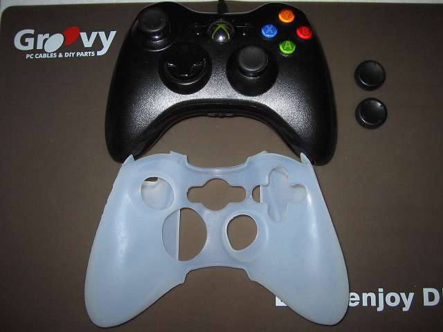 TitoSoy Xbox 360 シリコンコントローラーカバー ホワイト 装着作業、念のため事前にアタッチメントを外しておく