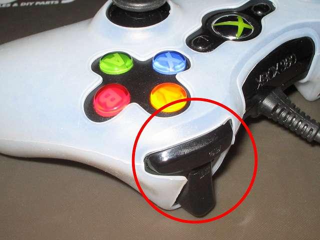 TitoSoy Xbox 360 シリコンコントローラーカバー ホワイト 装着作業、コントローラー R ボタン・トリガー側のシリコンコントローラーカバーを装着して完了