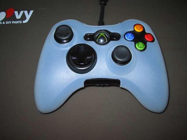 TitoSoy Xbox 360 シリコンコントローラーカバー ホワイト 装着作業、シリコンコントローラーカバーの装着が完了した Xbox 360 コントローラー(ブラック)