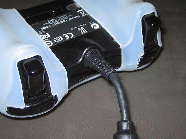 TitoSoy Xbox 360 シリコンコントローラーカバー ホワイト 装着作業、シリコンコントローラーカバーの装着が完了した Xbox 360 コントローラー(ブラック) L・R ボタン・トリガー、USB ケーブル側(本体裏側から撮影)