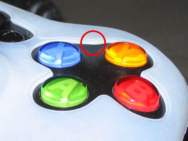 TitoSoy Xbox 360 シリコンコントローラーカバー ホワイト 装着作業、シリコンコントローラーカバーの装着が完了した Xbox 360 コントローラー(ブラック) A・B・X・Y 側のシリコンコントローラーカバーの隙間部分