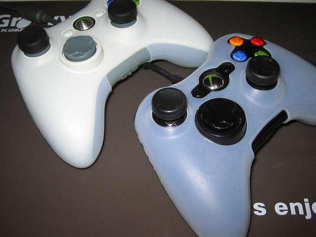 TitoSoy Xbox 360 シリコンコントローラーカバー ホワイト 装着作業、シリコンコントローラーカバーの装着が完了した Xbox 360 コントローラー(ブラック)と(ホワイト)