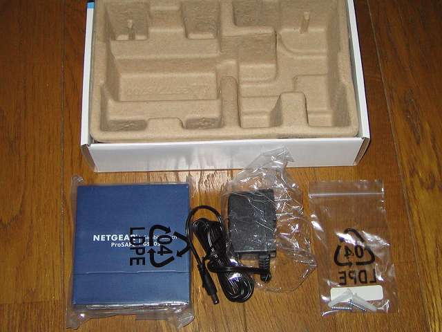 NETGEAR GS105-500JPS(GS105v5) 緩衝剤から製品本体とACアダプター、付属品(壁面取付用キット)取り出し