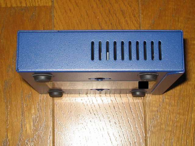 NETGEAR GS105-500JPS(GS105v5) 本体側面 スリット状の空気穴 その1