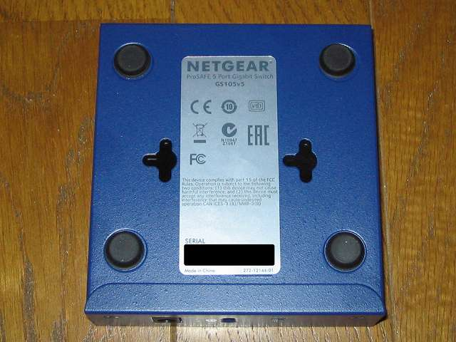 NETGEAR GS105-500JPS(GS105v5) 本体底面 壁掛け用の穴(2ヶ所)とシリアルNO記載ラベル
