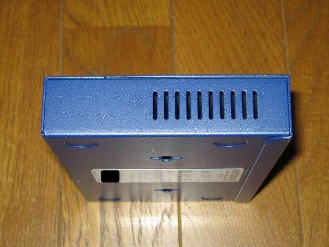 NETGEAR GS108-400JPS(GS108v4) 本体側面 スリット状の空気穴 その1