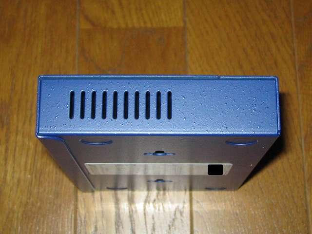 NETGEAR GS108-400JPS(GS108v4) 本体側面 スリット状の空気穴 その2