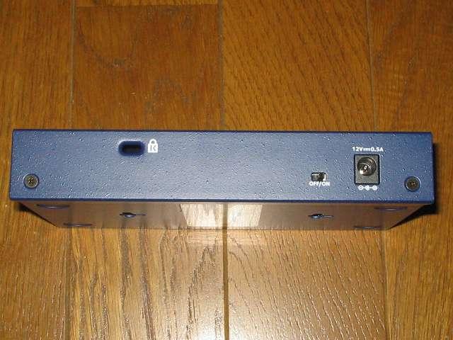 NETGEAR GS108-400JPS(GS108v4) 本体背面 電源スイッチとDCプラグ(メス)