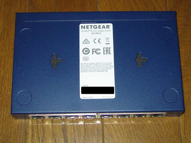 NETGEAR GS108-400JPS(GS108v4) 本体底面 壁掛け用の穴(2ヶ所)とシリアルNO記載ラベル