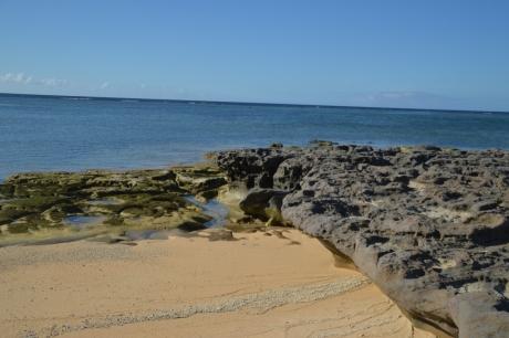 6砂浜と岩肌と