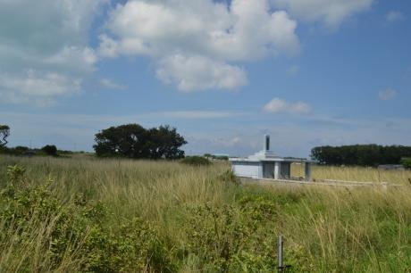 14牧場に建つ墓