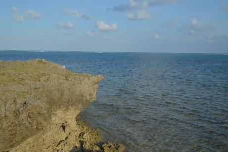 28灯台付近は切り立った海岸