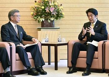翁長沖縄県知事と会談する安倍首相
