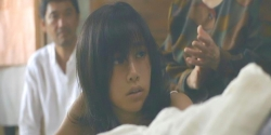 母を見つめる杏子
