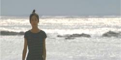 海辺を歩く杏子