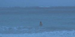 海に入っている女