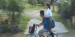 濡れた制服のまま界人の自転車に乗っている杏子