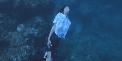 制服のまま海に潜っている杏子