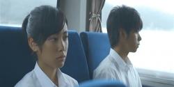 スクールバスの中、無言の杏子と界人