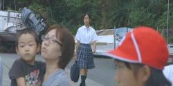 騒ぎの中、杏子が通りかかる