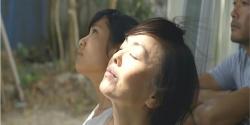 一時帰宅して自宅からの日差しを浴びている杏子の母・イサ