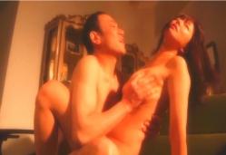 夫が見ている前で佐伯とセックス