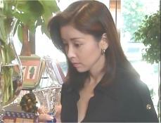 久木の妻の店に来て、グラスを手に取る凛子