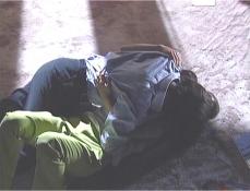 秋美に抱きつきキスする宗互