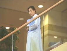 階段から凜子を見ている知佳