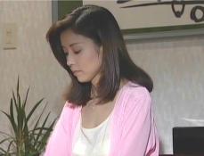 松原家を出て行く支度をしている凜子
