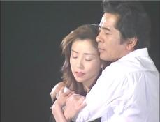 凜子を抱きしめる久木
